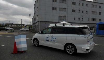 障害物の状況を離れた場所にいるオペレーターがカメラを通して視認し、それを回避する操作を実施。車両は無事に障害物を回避した