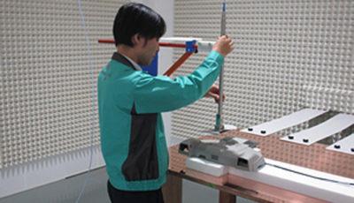 ステレオカメラの電磁環境耐性試験の様子