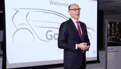 VW ゴルフ 次期型の生産計画を発表する同社の首脳