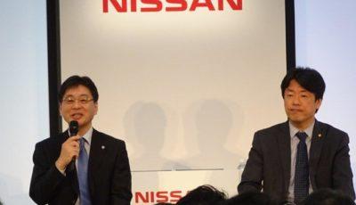 記者会見する日産の中畔邦雄副社長(右)と飯島徹也部長