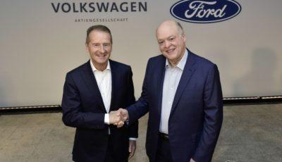 提携拡大を発表するVWグループとフォードモーターの両首脳