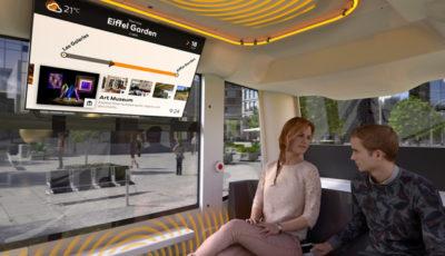 自動運転シャトルの車内の大型ディスプレイに、乗客に合わせた各種情報を表示
