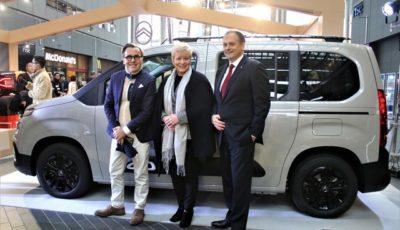 右からPCJ代表取締役社長のクリストフ・プレヴォ氏、リンダ氏、シトロエンマーケティング部長のアルノー・ベローニ氏