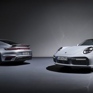 ポルシェ 911ターボS(左)と911ターボSカブリオレ