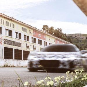 マセラティ MC20 の開発プロトタイプ。イタリア・シチリア島のかつて「タルガ・フローリオ」が開催されたフロリオポリのスタンド前を走行