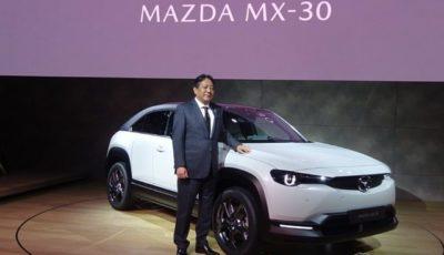 マツダMX-30と丸本明社長(2019年10月)