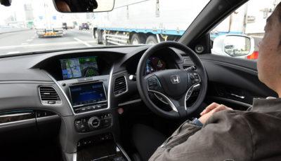 「トラフィックジャムパイロット」を使い、渋滞中の高速道をハンズオフで走行するホンダ レジェンド