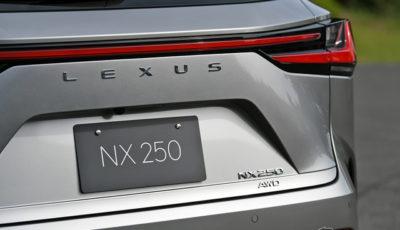 """レクサス NX 新型に初採用された""""バラ文字""""のLEXUSロゴ"""